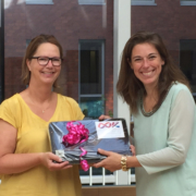 Stichting OOK, overhandigt laptop aan Samira van Lieshout-Barnas Zaans Medisch Centrum