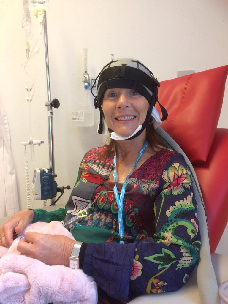 Alison tijdens chemotherapie met hoofdhuidkoeling- Stichting Optimale Ondersteuning bij Kanker