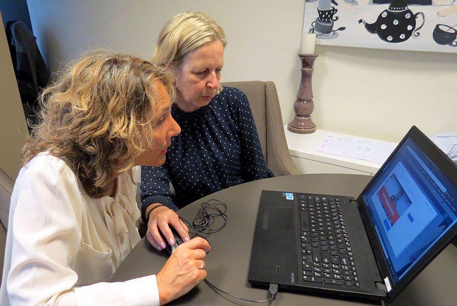 Ondersteuningsconsulent Jannet legt Alison OOK Contact uit - Stichting Optimale Ondersteuning bij Kanker