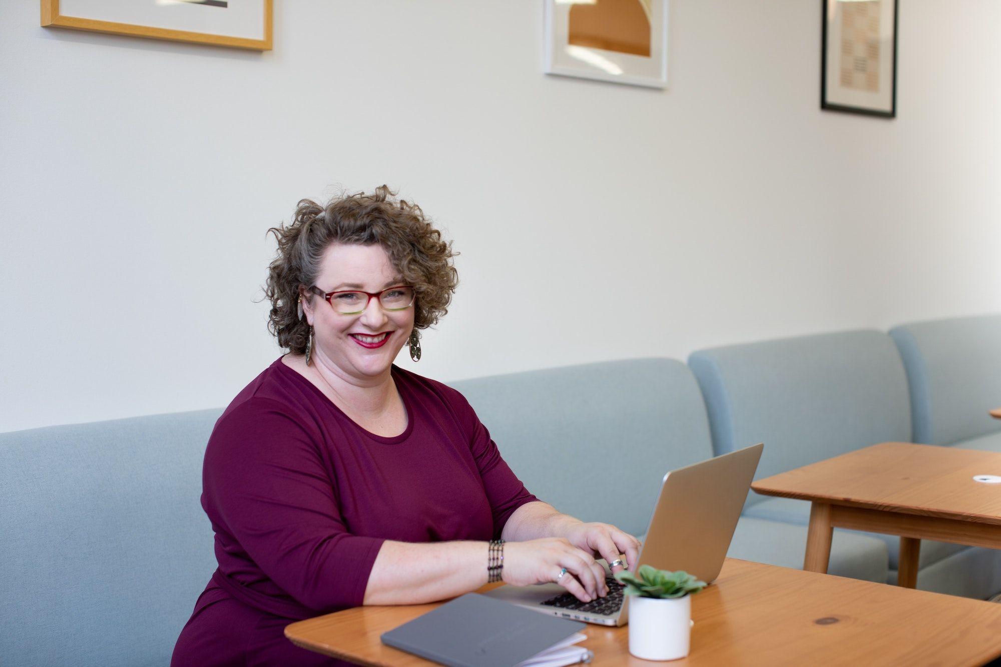 Op-Adem-na-Borstkanker-Stichting-Optimale-Ondersteuning-bij-Kanker-vrouw-laptop
